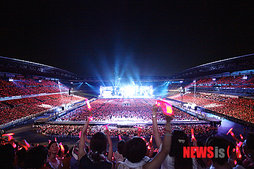 TRANS 130819 Review Nissan Stadiums TVXQ Amassing 720000